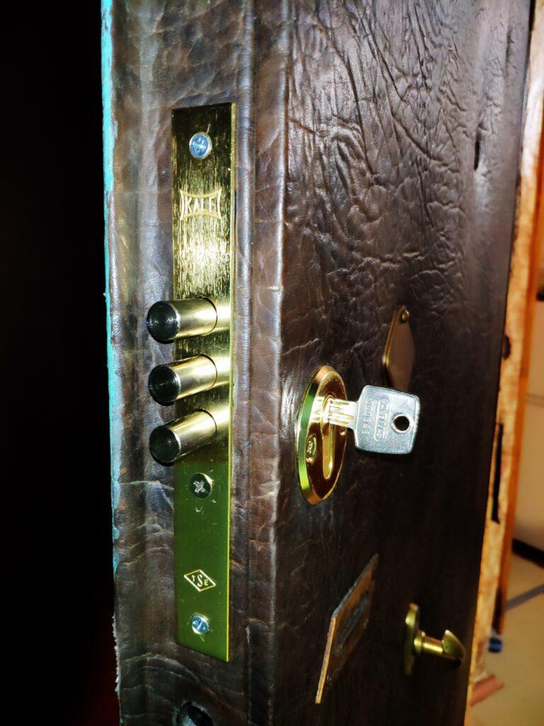 Врезка в металлическую дверь дополнительного замка