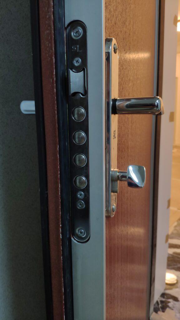 Замена цилиндра плавного хода Evva 3KS S+ в двери SuperLock