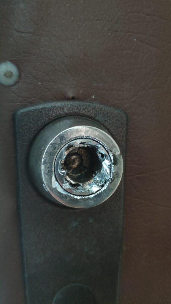 Заклинил замок и ключ обломился в личинке , вскрытие произведено без повреждения дверного полотна