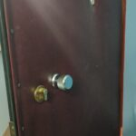 Замена личинки с разбором дверного полотна на двери старого образца